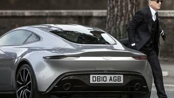 Kunden von Aston Martin wollen neue Modelle, der Abverkauf hingegen war wenig erfolgreich. Im Bild Bond-Darsteller Daniel Craig mit einem Aston Martin. (Archiv)