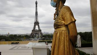 Respekt vor dem Coronavirus haben selbst die Statuen in Paris. Blick vom Trocadéro auf den Eiffelturm.