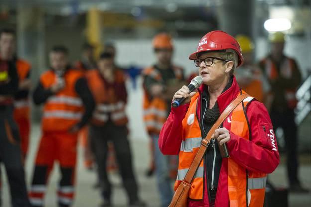Christa Suter, Sektionsleiterin Unia Winterthur, spricht am Streik auf der SBB Baustelle am Hauptbahnhof