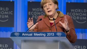 Angela Merkel geht auf David Cameron zu