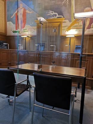 Mit Plexiglasscheiben soll ermöglicht werden, dass sich die Personen im Gerichtssaal nicht zu nahe kommen.