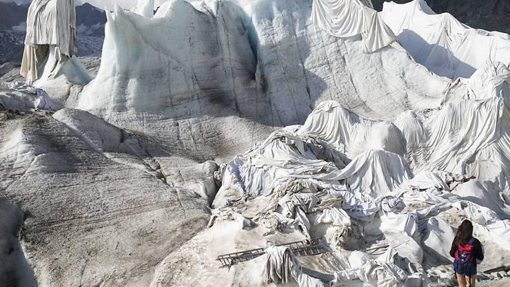 Der Klimawandel bringt die Gletscher zum Schmelzen. Im Bild der Rhonegletscher, der mit Planen geschützt wird. (Archiv.)