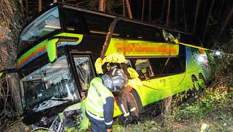 Der Reisebus stürzte nach einer Kollision bei Zirl in Tirol rund zehn Meter über eine Böschung ab.