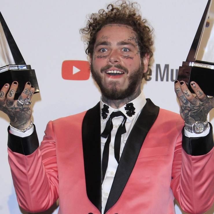 Rapper Post Malone kam nicht nur mit zwei Outfits (einmal rosa, einmal himmelblau), er hat auch gleich zwei American Music Awards gewonnen.