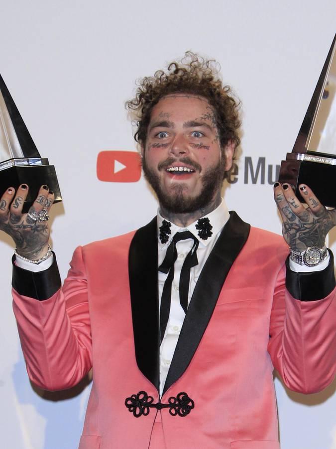 Rapper Post Malone kam nicht nur mit zwei Outfits (einmal rosa, einmal himmelblau), er hat auch gleich zwei American Music Awards gewonnen. (© Virgin Radio Switzerland)