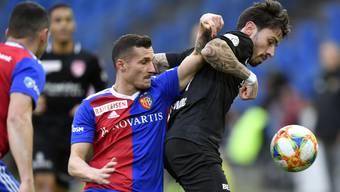 Taulant Xhaka und Dennis Salanovic kämpfen um den Ball. Am Sonntag kämpfen Basel und Thun um einen Titel.