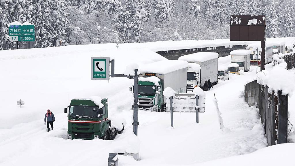 Nach den heftigen Schneefällen in Japan geht auf den Strassen nichts mehr.