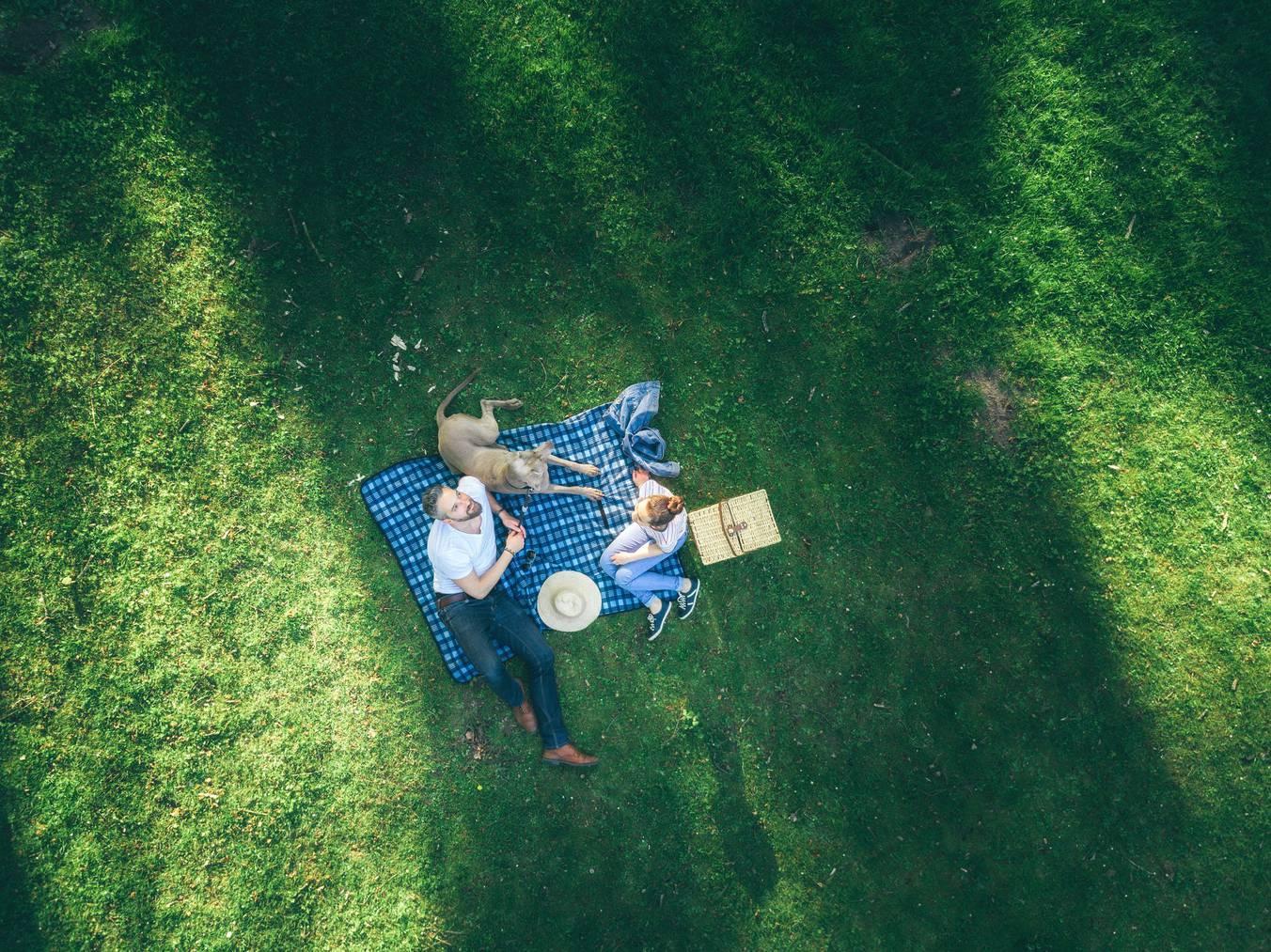 Picknick mit dem Liebsten auf deinem Schal. (Bild: istock)