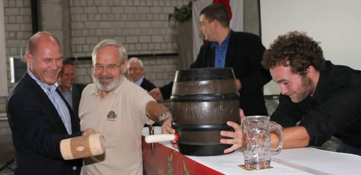 Der grosse Moment Anton Laubers: Mit dem Hammer zapft er das erste Fass «Baselbieter Bier» an, assistiert von Braumeister Horst Wandinger und Geschäftsführer Michael Hägler (von links).