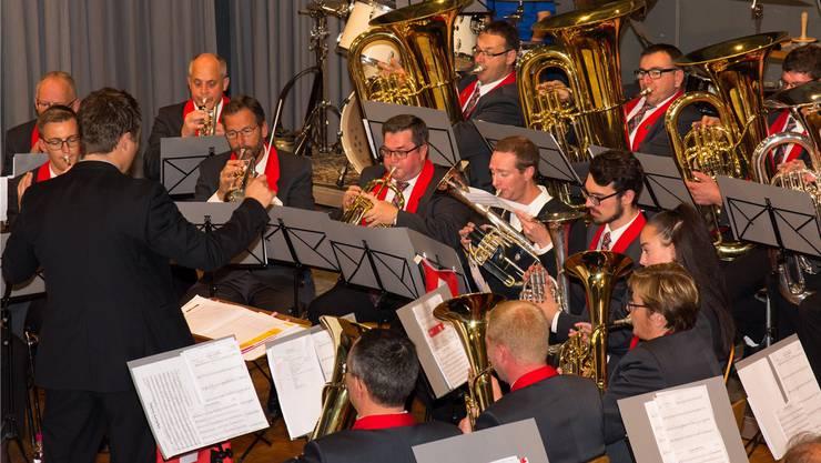 Gut aufgelegt unterhält der Musikverein Jonen sein Publikum mit einer musikalischen Reise durch die Heimat.