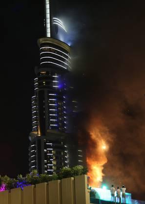 Die Ursache des Feuers blieb zunächst unklar - städtischen Behörden zufolge brach das Feuer im 20. Stockwerk des Hochhauses aus.