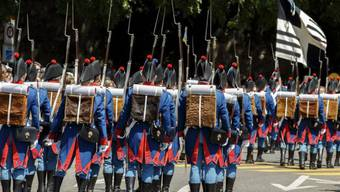 Soldaten in historischen Uniformen am Gedenkumzug in Genf