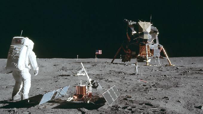 Beim Auktionshaus Sotheby's sind Original-Videoaufnahmen der Nasa der Mondlandung für 1,82 Millionen Dollar versteigert worden. Die Aufnahmen sollen schärfer als die TV-Aufzeichnungen aus jener Zeit sein, weil sie ohne Übertragungsverlust direkt bei der Nasa aufgenommen worden waren. (Archivbild)
