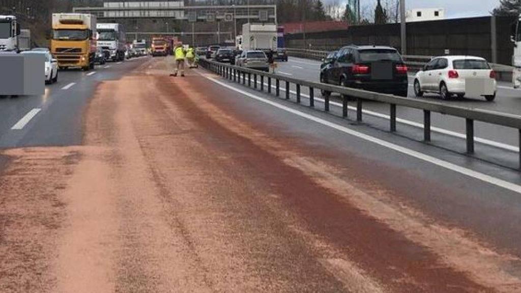 Die A1 bei Neuenhof AG war am Freitagmittag auf einer Länge von 350 Metern von einem Ölfilm überzogen. Die Reinigungsarbeiten dauerten lange und verursachten einen grossen Rückstau.