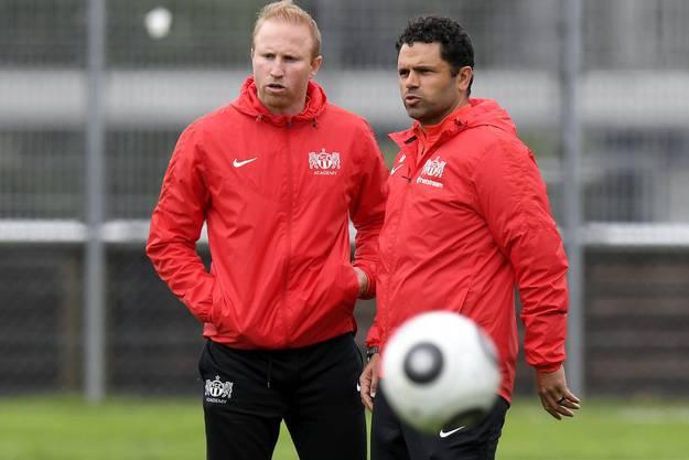 Uli Forte (r.) bespricht sich mit seinem Assistenten Ludovic Magnin