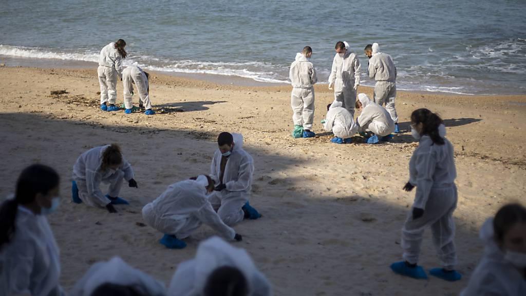 dpatopbilder - Israelische Soldaten in Schutzanzügen säubern einen Strand von Teer nach einem Ölunfall im Mittelmeer im Naturschutzgebiet Sharon Beach Nature Reserve. Foto: Ariel Schalit/AP/dpa