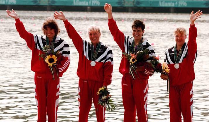 Silber und Blumen für die überraschenden Zweiten im Vierer-Kajak-Rennen von Atlanta 1996: Sabine Eichenberger (Dritte v.l.) mit ihren Teamkolleginnen.