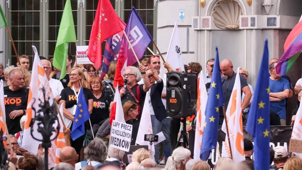 Demonstranten in Polen halten Plakate und Fahnen während einer Demonstration zur Verteidigung der Medienfreiheit hoch. Die Kundgebung richtet sich gegen das «Lex Anti-TVN»-Gesetz, mit dem die Lizenz von TVN nicht verlängert werden soll. TVN gilt als regierungskritisches Medium.