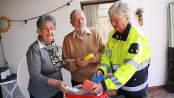 Elsbeth und Hans Neeser sowie Klara Hochuli sind seit 50 Jahren im Samariterverein. «Uns gefällt so gut wie am ersten Tag.» Foto: bA
