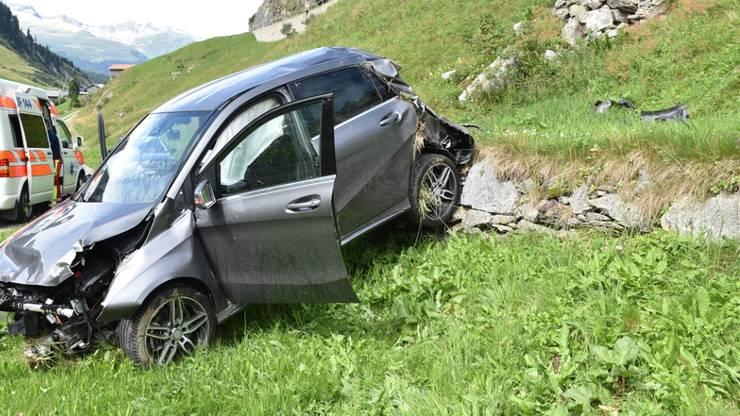 Ein 70-jähriger Automobilist hat am Lukmanierpass bei einem Überschlag seinen Wagen total beschädigt. Der Rentner selber hatte Glück. Er überstand den Selbstunfall leicht verletzt.