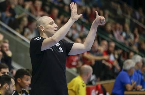 TVE-Trainer Zoltan Majeri mit klaren Anweisungen an seine Mannschaft.