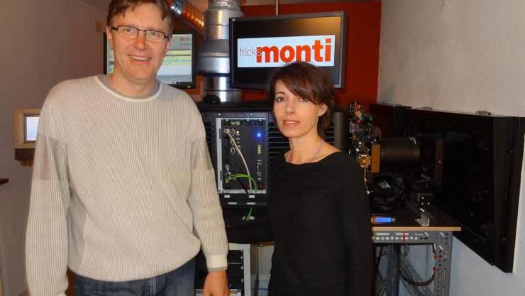 Philipp Weiss und Martina Welti von Fricks Monti vor ihrem neuen digitalen Filmprojektor Quelle Walter Christen