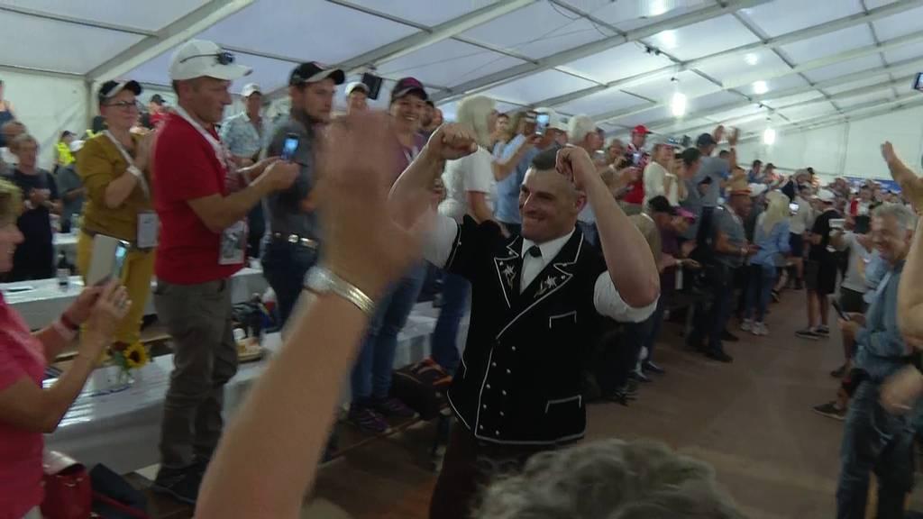 So euphorisch feiern die Fans Kilchberg-Sieger Samuel Giger