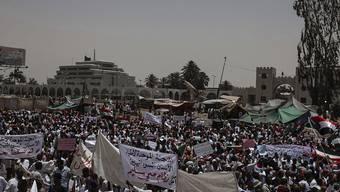 Im Sudan gehen zahlreiche Menschen gegen einen Militärrat auf die Strasse - es soll eine zivile Regierung gebildet werden, doch die Gespräche verlaufen nicht einfach.