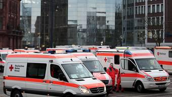 Bei einer der grössten Evakuierungsaktionen der Dortmunder Stadtgeschichte sind am Sonntag zwei Fliegerbomben aus dem Zweiten Weltkrieg entschärft worden.Wegen der Entschärfung in einem dicht besiedelten Innenstadtviertel mussten rund 14'000 Anwohner vorübergehend ihre Wohnungen verlassen.
