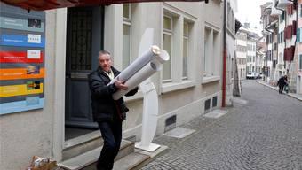 Jörg Mollet liefert hier nicht die Bilder für das Büro von Susanne Schaffner, die Aufnahme ist schon fünf Jahre alt und zeigt ihn beim Zügeln seiner grafischen Arbeiten vom Atelier in der Solothurner Altstadt ins Kunsthaus Grenchen.