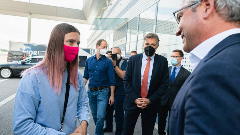 Kristina Timanowskaja, belarussische Sportlerin, und Magnus Brunner (ÖVP), Staatssekretär im Bundesministerium für Klimaschutz, am Flughafen Wien-Schwechat. Timanowskaja ist am Nachmittag von Tokio kommend in Wien eingetroffen.