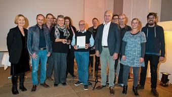 Vertreter des ZKSK und deren Praktikumsbetriebe freuen sich über den Sozialpreis 2019 des Kantons Solothurn.Bild: Hansjörg Sahli