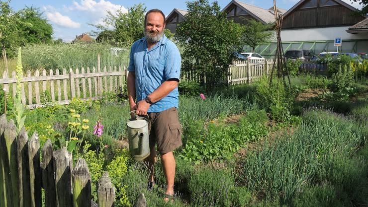 Urs Imhof hat aus dem Garten hinter dem Strohdachhaus wieder einen historischen Bauerngarten gestaltet. fdu