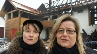 Sandra Mahrer (links) kann nach dem Brand bei ihrer Schwester Brigitte in Wölflinswil wohnen.  SPI