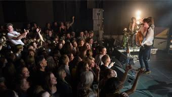 Ansteckende Leidenschaft im ausverkauften Rossstall: Faber begeisterte in Basel mit beseelten Songs und eindringlicher Performance. Juri Junkov
