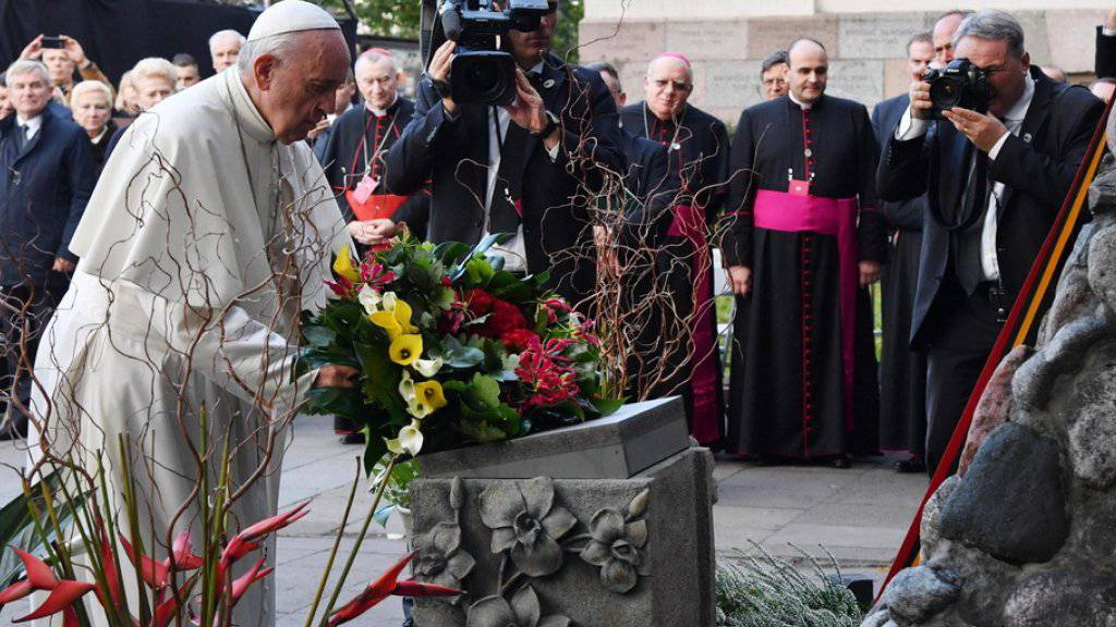 Im jüdischen Ghetto von Vilnius legte Papst Franziskus Blumen nieder und verharrte im stillen Gebet.