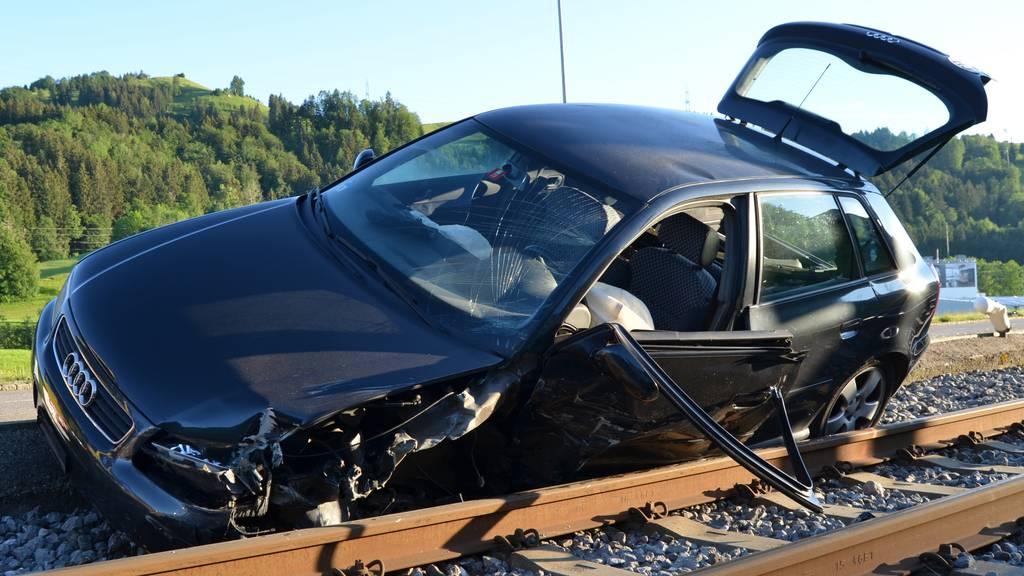 Während Fahrt am Handy: Frau baut Autounfall