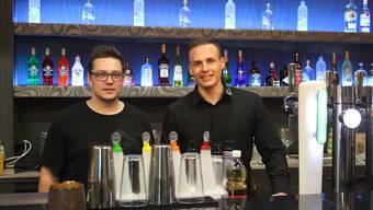 Michael Fehlmann und Mario Gelsomino (r.) sind diese Woche mit dem Einrichten der neuen Bar beschäftigt. Nadja Rohner