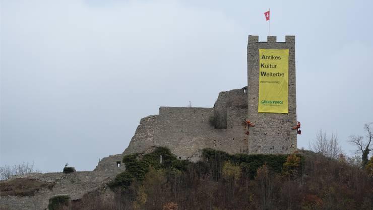 Die Abstimmung über den Atomausstieg treibt Greenpeace-Aktivisten sogar auf das Schloss Waldenburg. Edi Gysin