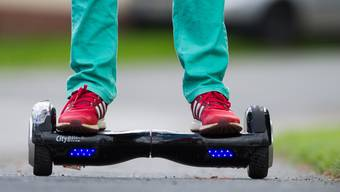 Mit einem Hoverboard unterwegs auf einer Strasse - die BFU warnt davor, Hoverboards und ähnliche Geräte im Strassenverkehr zu nutzen. (Archivbild)