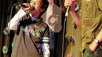 Neue Stars:  Am vom Elternrat Recherswil-Obergerlafingen organisierten Karaoke-Abend versuchten sich die beiden Lukas im Duett. (Bild: Felix Gerber)