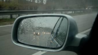 Unbekannte haben Autospiegel kaputt gemacht. (Symbolbild)