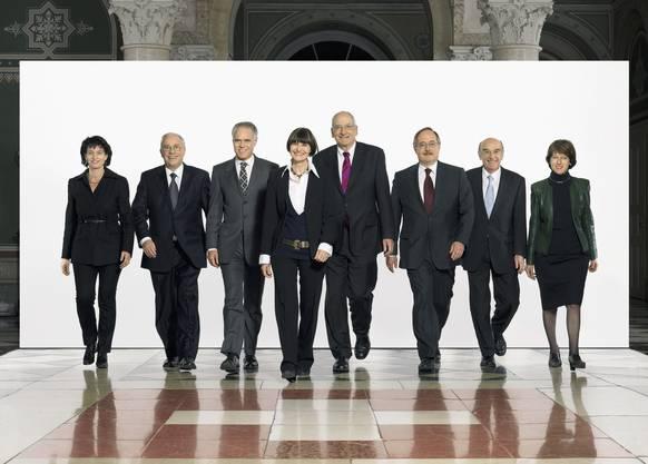 Die Mehrheit ist nach wie vor in den Medien präsent: Das Bundesratsfoto 2007, v.l.n.r. Doris Leuthard, Christoph Blocher, Moritz Leuenberger, Micheline Calmy-Rey, Pascal Couchepin, Samuel Schmid, Hans-Rudolf Merz und die kürzlich verstorbene Bundeskanzlerin Annemarie Huber-Hotz.
