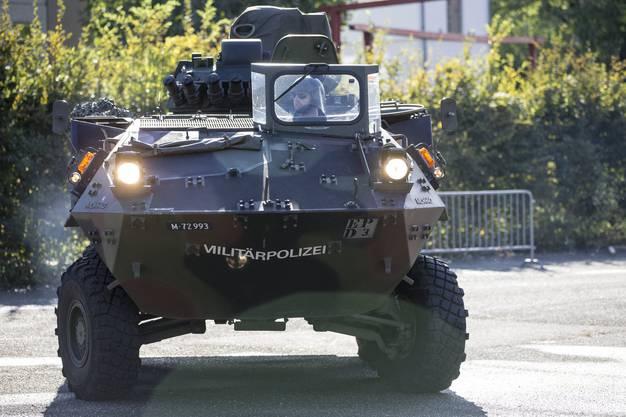 Eines der wichtigsten Schweizer Rüstungs-Exportgüter ist der Radpanzer Piranha, der in den 70er Jahren entwickelt wurde. Weltweit sind derzeit rund 10'000 Fahrzeuge im Einsatz. Der Piranha wird von der Firma Mowag in Kreuzlingen hergestellt. Erst kürzlich konnte die Mowag Grossaufträge aus Rumänien und Dänemark ergattern.