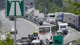 Der Stau löst sich auf: Der Verkehr am Gotthard kommt langsam wieder ins Fliessen.