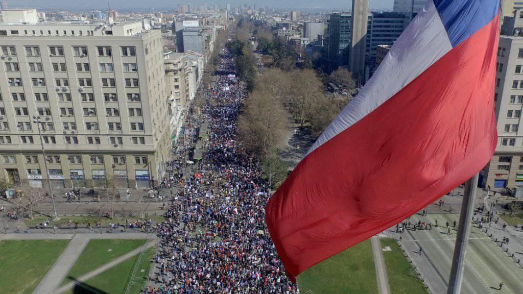 In Santiago de Chile nehmen hunderttausende an einem Protestzug gegen ein Pensionssystem aus der Zeit der Diktatur teil.