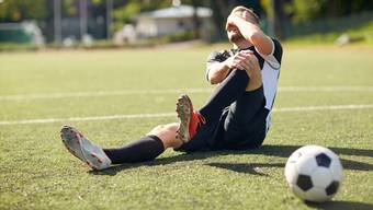 Fussballer verletzten sich oft: Hinter Handball und Eishockey ist beim Fussball das Risiko am höchsten.