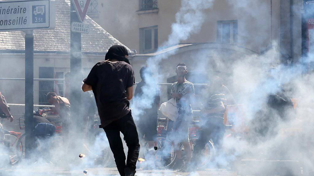 Die Polizei feuert Tränengas auf Demonstrierende in Nantes.