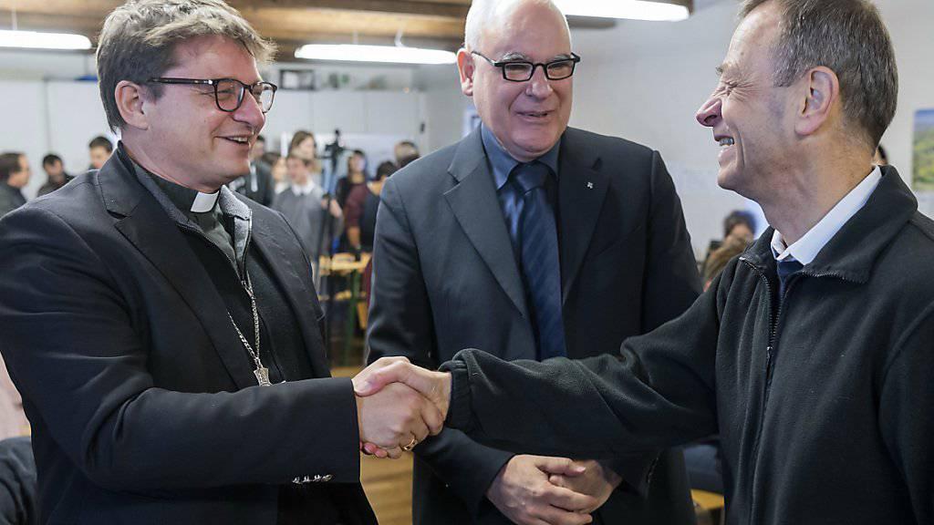 Felix Gmür (links), Bischof von Basel, und Lukas Kundert, Kirchenratspräsident der reformierten Kirche Basel-Stadt (Mitte), begrüssen in Basel Prior Frère Alois (rechts) von der ökumenischen Gemeinschaft von Taizé.