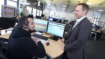 Pascal Jaggi (rechts) im Gespräch mit einem Mitarbeiter des Call Centers in Olten. Bilder: HR. Aeschbacher